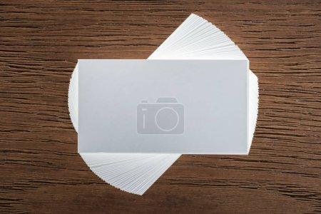 Photo pour Vue de dessus de carte vierge sur une surface en bois avec espace copie - image libre de droit