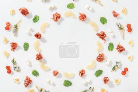Photo pour Couche plate de prosciutto savoureux près des ananas tranchés et des ingrédients sains sur fond blanc - image libre de droit