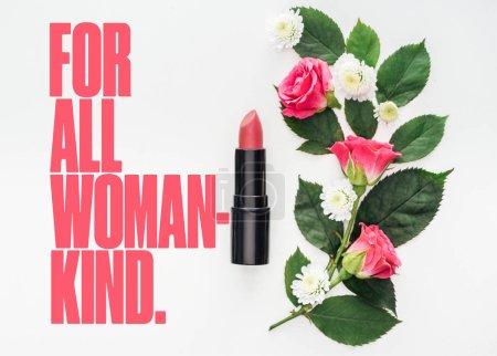 Photo pour Vue du dessus de la composition des fleurs, rouge à lèvres rose et pour toutes les femmes lettrage aimable sur fond blanc - image libre de droit