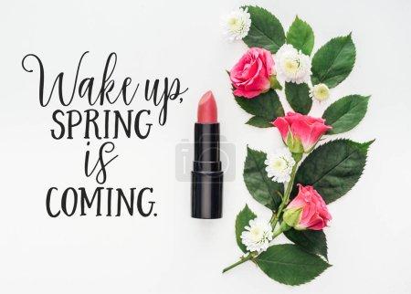 Photo pour Vue de dessus de la composition des fleurs, rouge à lèvres rose et illustration de printemps sur fond blanc - image libre de droit