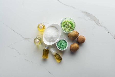 Photo pour Vue de dessus des différents ingrédients pour les cosmétiques faits maison sur surface blanche - image libre de droit