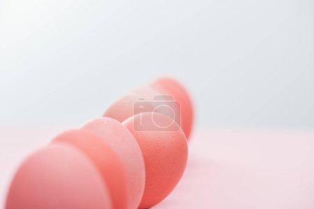Foto de Enfoque selectivo de los huevos de Pascua rosa pastel en fila - Imagen libre de derechos