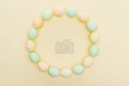 Photo pour Les oeufs de Pâques pastel en cercle cadre isolé jaune - image libre de droit