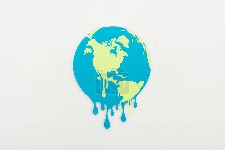 Photo pour Fusion de papier coupé globe sur fond gris, concept de réchauffement global - image libre de droit