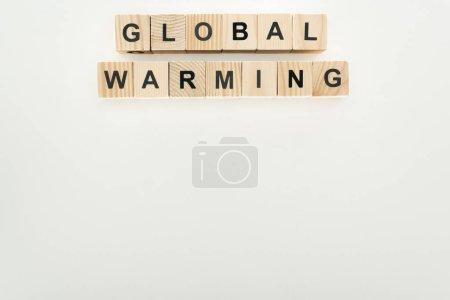 Photo pour Cubes en bois avec inscription «réchauffement climatique» sur fond gris - image libre de droit