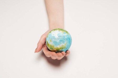 Photo pour Vue partielle de la main féminine avec modèle de terre sur fond blanc, réchauffement de la planète concept - image libre de droit