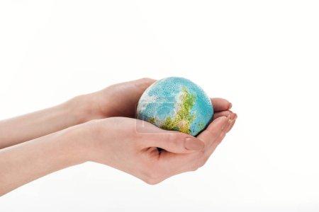 Photo pour Vue partielle des mains féminines avec modèle globe isolé sur blanc, concept de réchauffement climatique - image libre de droit