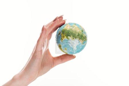 Photo pour Vue partielle de la main féminine avec modèle de terre isolé sur blanc, global concept-réchaud - image libre de droit
