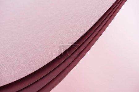 Foto de Hojas en blanco y brillantes de papel en fondo rosa con espacio de copia - Imagen libre de derechos
