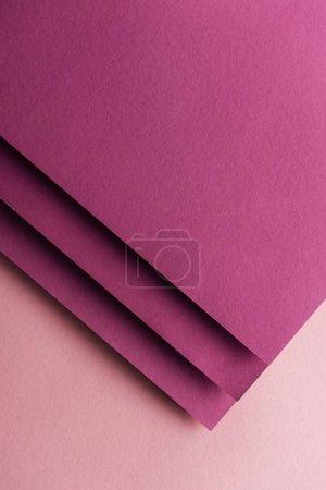 Foto de Vista superior de hojas Borgoña en blanco y colores de papel en fondo rosa con espacio de copia - Imagen libre de derechos