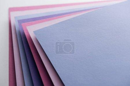 Foto de Vacías azules, blancas, rosadas y púrpura hojas sobre fondo blanco - Imagen libre de derechos