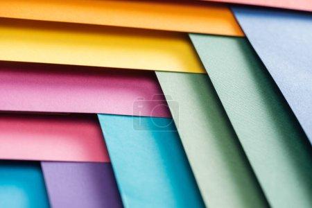 Photo pour Bleus, orange, verts, Bordeaux, jaunes, roses et violets feuilles de papier - image libre de droit