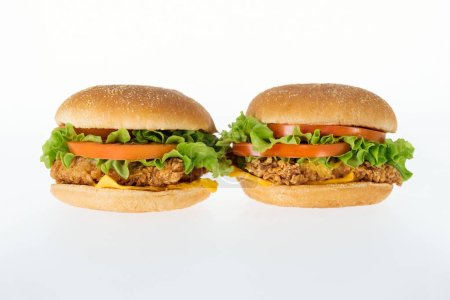 Photo pour Hamburgers au poulet malsaine délicieux isolés sur blanc - image libre de droit