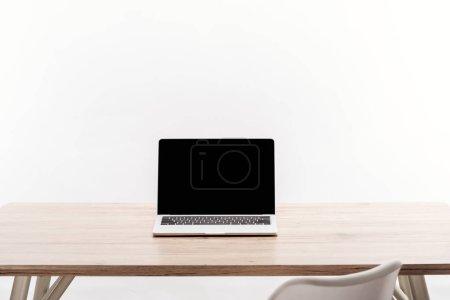 Photo pour Ordinateur portable avec un écran blanc sur le bureau en bois isolé sur blanc - image libre de droit