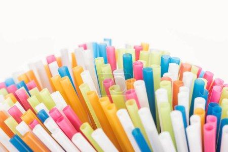 Photo pour Mise au point sélective de tubes en plastique colorés et lumineux isolés sur blanc avec espace de copie - image libre de droit