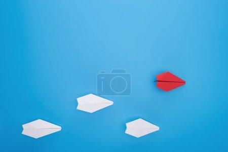Foto de Lay Flat con aviones de papel blanco y rojo en azul - Imagen libre de derechos