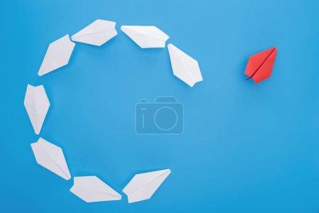 Foto de Acostado plano con planos de papel blanco y rojo sobre azul - Imagen libre de derechos