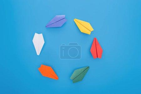 Photo pour Pose plate avec des plans en papier coloré sur la surface bleue - image libre de droit