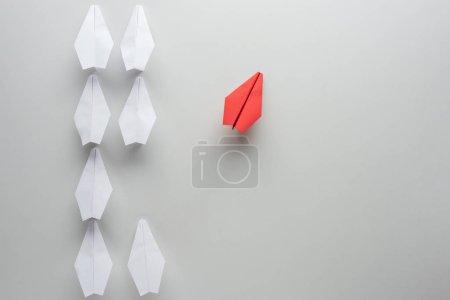 Foto de Colocación plana con planos de papel blanco y rojo sobre superficie gris - Imagen libre de derechos