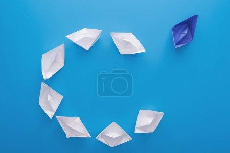 Foto de Puesta plana con barcos de papel blanco y azul sobre azul - Imagen libre de derechos