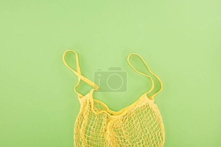 Photo pour Vue de dessus de sac de chaîne vide jaune sur le fond vert clair - image libre de droit