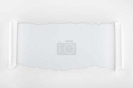 Photo pour Papier texturé Ragged avec des bords de courbure sur le fond blanc - image libre de droit