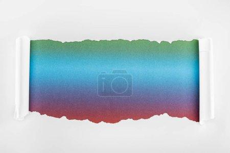 Photo pour Papier blanc Ragged avec des bords de courbure sur le fond multicolore - image libre de droit