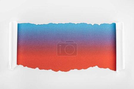 Photo pour Papier blanc déchiré avec des bords de courbure sur le fond multicolore - image libre de droit
