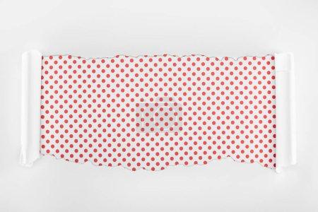 Photo pour Papier texturé blanc déchiré avec des bords de courbure sur le fond rouge pointillé - image libre de droit