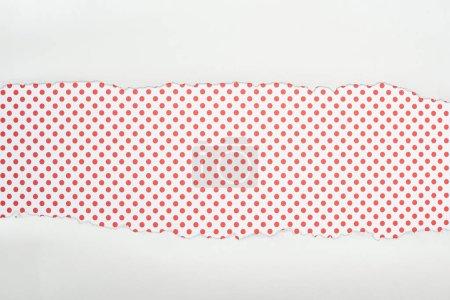 Photo pour Papier texturé blanc déchiré avec espace de copie sur fond rouge pointillé - image libre de droit