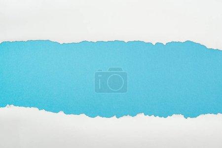 Photo pour Papier déchiquetés et texturés avec espace de copie sur fond bleu - image libre de droit