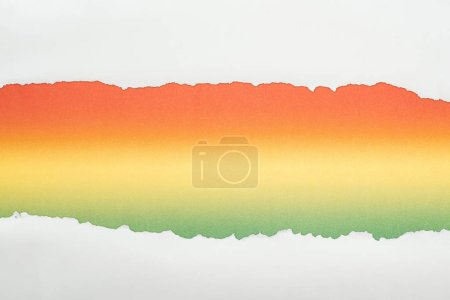 Photo pour Papier texturé blanc Ragged avec espace de copie sur fond multicolore - image libre de droit