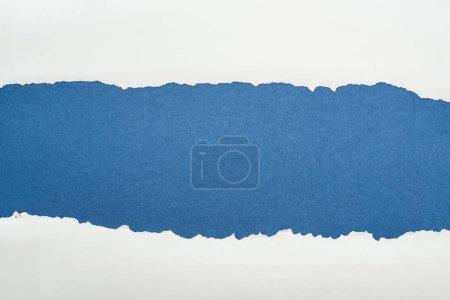Photo pour Papier texturé blanc Ragged avec espace de copie sur fond bleu profond - image libre de droit