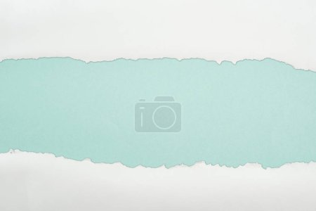 Photo pour Papier Ragged et blanc avec l'espace de copie sur le fond bleu clair - image libre de droit