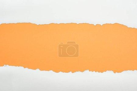 Foto de Papel texturizado de color blanco con un espacio de copia sobre fondo anaranjado - Imagen libre de derechos