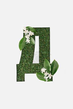 Photo pour Vue de dessus de la lettre de l'alphabet cyrillique, faite d'herbe verte naturelle avec des feuilles et des fleurs blanches isolés sur blanc - image libre de droit
