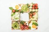 """Постер, картина, фотообои """"Вид сверху тосты с нарезанных овощей, жареные яйца и ветчина на белой поверхности"""""""