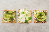 """Постер, картина, фотообои """"Вид сверху тосты с нарезанных овощей на поверхности текстуры"""""""