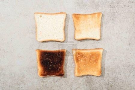 Photo pour Vue du dessus des toasts à pain sur surface grise texturée - image libre de droit