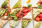 """Постер, картина, фотообои """"фон вкусные Ломтики тостов с фруктами и овощами, изолированные на белом фоне"""""""