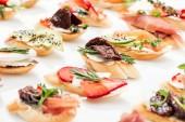"""Постер, картина, фотообои """"выборочный фокус итальянские брускетты с сушеными помидорами, ветчина, авокадо, клубнику и травы"""""""
