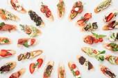 """Постер, картина, фотообои """"вид сверху круглая рамка изготовлена из итальянского Брускетта с лососем, прошутто, трав и различных фруктов с овощами на белом"""""""