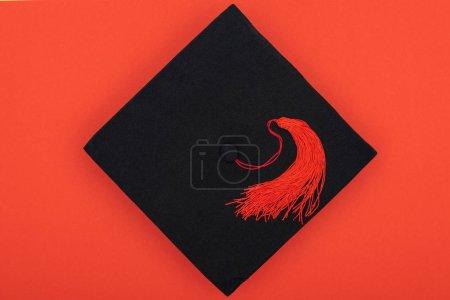 Photo pour Vue de dessus du cap académique à PAMPILLE isolé sur rouge - image libre de droit