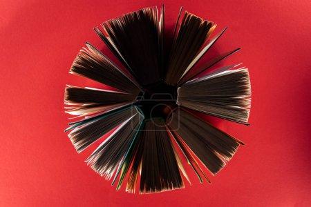 Photo pour Vue de dessus des livres à couverture rigide sur la surface rouge - image libre de droit