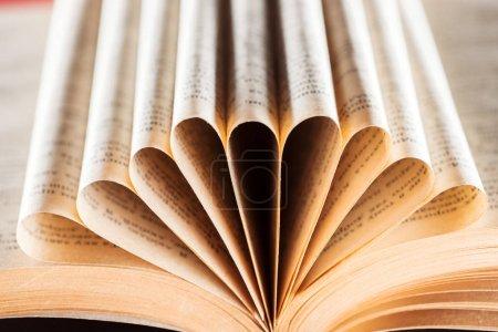 Foto de Enfoque selectivo de viejo libro con páginas dobladas - Imagen libre de derechos