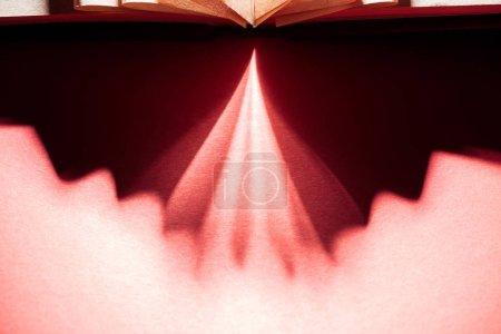 Photo pour Fond abstrait avec ombres et rayons rouges sur fond sombre - image libre de droit