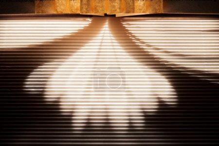 Photo pour Rayons du soleil et les ombres sur la surface texture sombre - image libre de droit