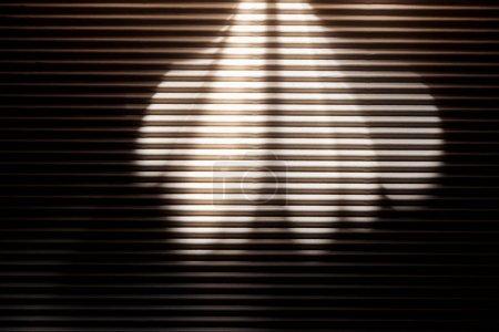 Photo pour Nombre de rayons sur une surface texturée noire blanc dans l'obscurité - image libre de droit