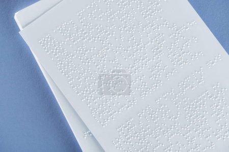 Photo pour Vue du haut du texte en braille sur papier blanc isolé sur violet - image libre de droit