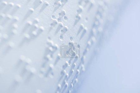 Photo pour Mise au point sélective du texte en braille sur du papier blanc avec espace de copie - image libre de droit
